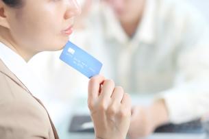 医療費用を支払っている女性の写真素材 [FYI01617204]