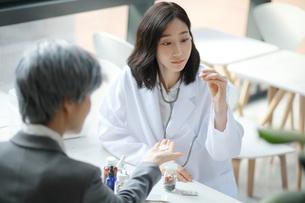 製薬会社の営業担当者と女性医師の写真素材 [FYI01617231]