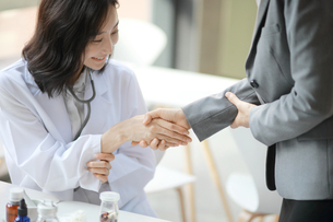 製薬会社の営業担当者と医師の写真素材 [FYI01617316]