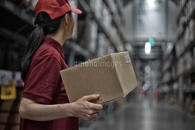 商品の配送を準備している女性スタッフの写真素材 [FYI01617366]