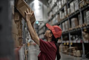 倉庫で商品整理をしている物流センター職員の写真素材 [FYI01617377]