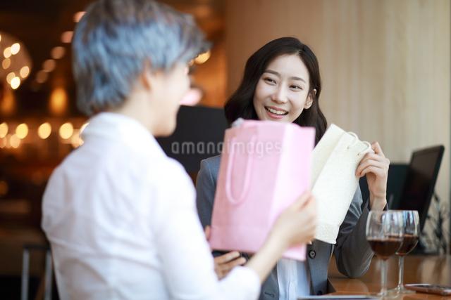 プレゼント交換をしている女性の写真素材 [FYI01617511]