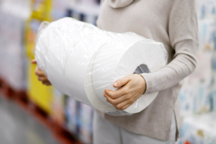 トイレットペーパーをショッピングした女性の写真素材 [FYI01617543]