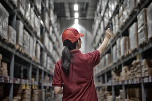 商品チェックをしている女性社員イメージの写真素材 [FYI01617571]