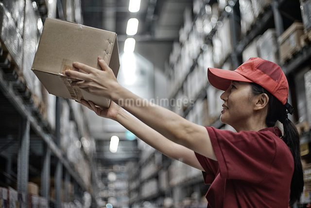 商品ボックスを持っている女性の写真素材 [FYI01617658]