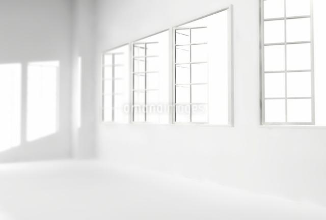 白い部屋の窓から差し込む光の写真素材 [FYI01617665]