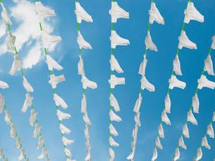 物干竿に干されて風になびく大量のポロシャツのイラスト素材 [FYI01617741]
