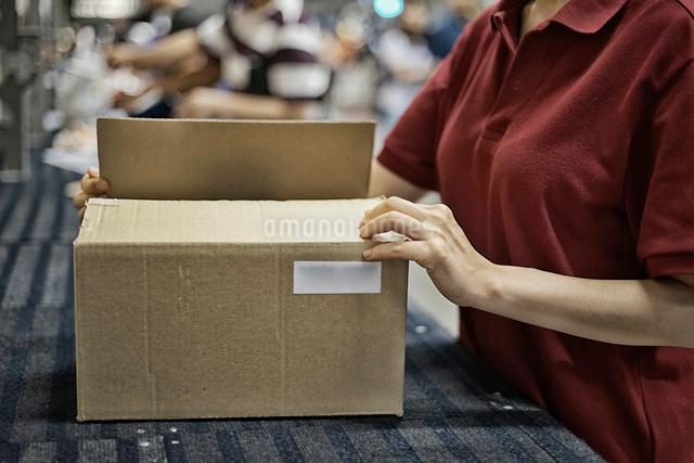商品包装してるイメージの写真素材 [FYI01617882]
