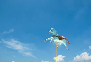 空中の1頭のメリーゴーランドの木馬のイラスト素材 [FYI01617908]