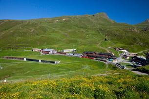 クライネシャイデックの駅と草原の写真素材 [FYI01617926]