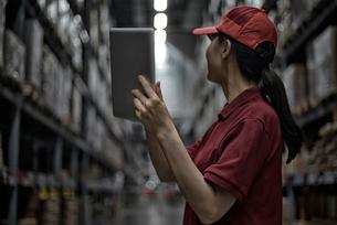 物流配送センターで働いている女性のイメージの写真素材 [FYI01618036]