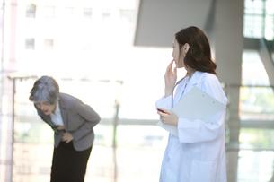 苦しんでいる患者を見ている女医の写真素材 [FYI01618083]