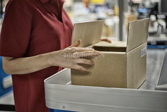 商品包装しているイメージの写真素材 [FYI01618127]