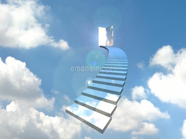 青空のドアに向かってカーブした階段のイラスト素材 [FYI01618331]