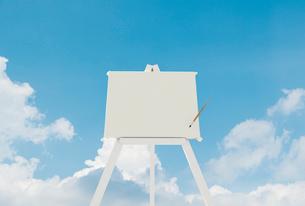 白いキャンバスと筆のイラスト素材 [FYI01618336]