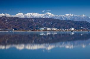 冬の諏訪湖と八ヶ岳の写真素材 [FYI01618438]