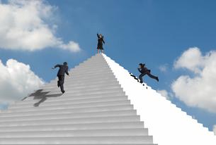 ピラミッド状の階段を駆け上る複数のビジネスマンの写真素材 [FYI01618524]