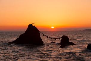 二見浦夫婦岩の日の出の写真素材 [FYI01618526]