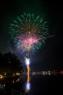 木崎湖灯籠流しと花火の写真素材 [FYI01618629]