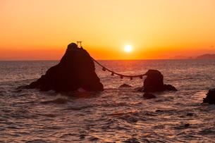 二見浦夫婦岩の日の出の写真素材 [FYI01618705]