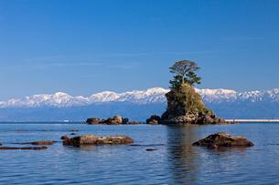 雨晴海岸と立山連峰の写真素材 [FYI01618963]