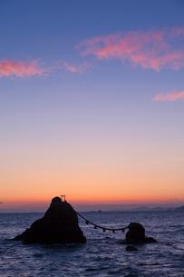 二見浦夫婦岩の朝焼けの写真素材 [FYI01619232]