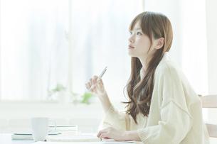 机で勉強する若い日本人女性の写真素材 [FYI01619491]