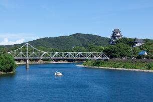 岡山城と旭川に架かる月見橋の写真素材 [FYI01619504]