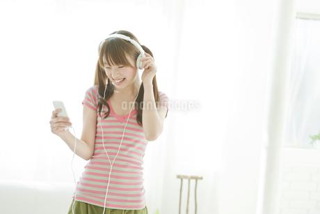 音楽を楽しむ若い日本人女性の写真素材 [FYI01619542]