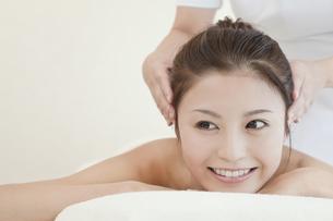 マッサージを受ける日本人女性の写真素材 [FYI01619546]