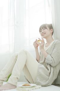 室内でハーブティーを飲む若い日本人女性の写真素材 [FYI01619552]