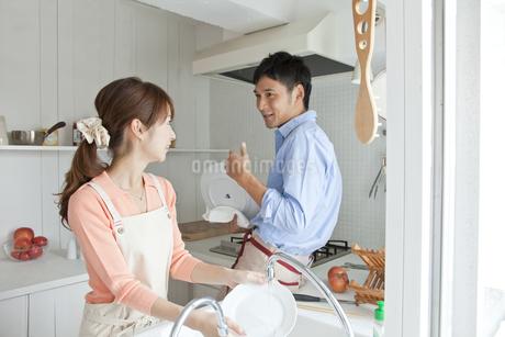 キッチンに立つ若い夫婦の写真素材 [FYI01619555]