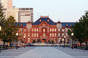 東京駅丸の内駅舎と歩道の写真素材 [FYI01619584]