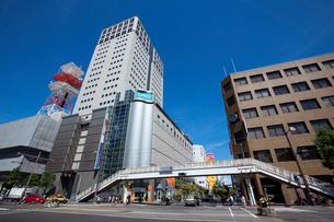岡山市中心部の郵便局前の交差点の写真素材 [FYI01619601]