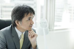 日本人ビジネスマンの横顔の写真素材 [FYI01619615]
