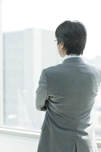 立つ日本人ビジネスマンの後姿の写真素材 [FYI01619623]