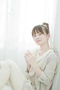 室内でハーブティーを飲む若い日本人女性の写真素材 [FYI01619624]