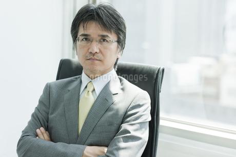 椅子に座る日本人ビジネスマンの写真素材 [FYI01619636]