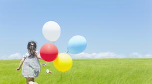 草原を走る女の子の写真素材 [FYI01619654]