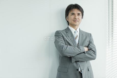 腕組みをする日本人ビジネスマンの写真素材 [FYI01619665]
