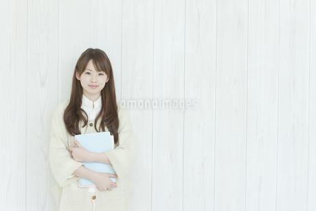 壁の前に立つ若い日本人女性の写真素材 [FYI01619688]