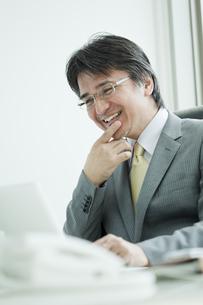 パソコンをするビジネスマンの写真素材 [FYI01619699]