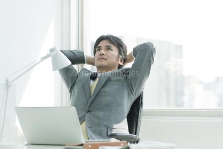 椅子に座る日本人ビジネスマンの写真素材 [FYI01619703]