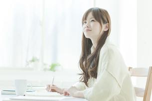 机で勉強する若い日本人女性の写真素材 [FYI01619705]