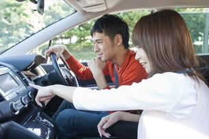ドライブする若い夫婦の写真素材 [FYI01619711]