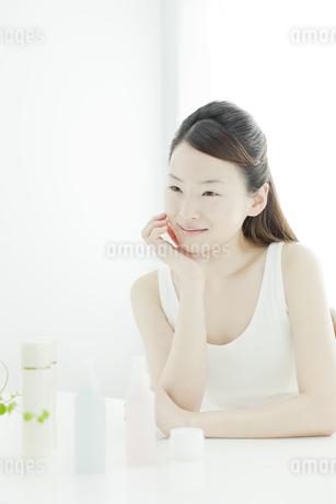 若い女性の透明感のあるスキンケアイメージの写真素材 [FYI01619719]