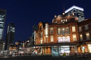 東京駅丸の内駅舎の夜景の写真素材 [FYI01619745]