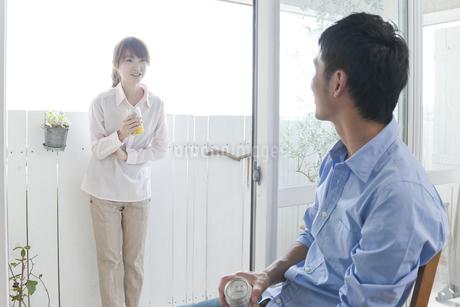 ビールを飲む若い夫婦の写真素材 [FYI01619750]