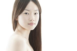 ロングヘアの若い女性の美容イメージの写真素材 [FYI01619751]