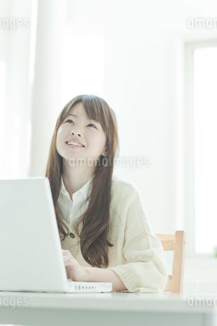 パソコン操作をする若い日本人女性の写真素材 [FYI01619754]